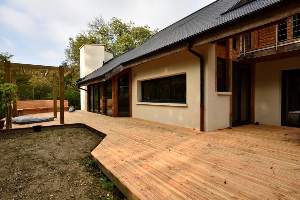 La terrasse bois réalisée par le Maître des lieux s'inscrit harmonieusement dans la géométrie du projet