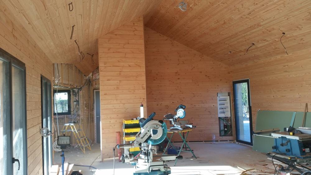 15  Octobre 2016 - L'ensemble des lambrissage est en cours. L'ensemble de la maison hors les murs des salles d'eau étant concerné,ce travail de précision va demander deux mois et demie.