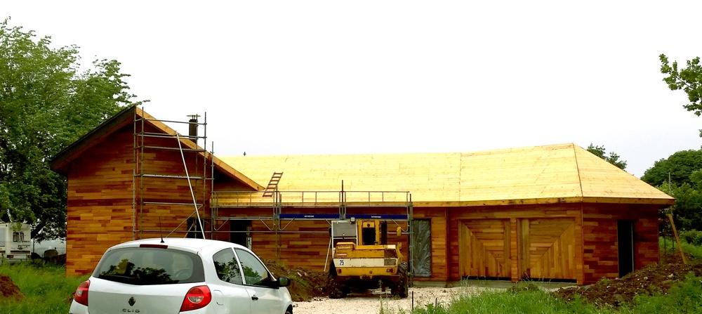 25 mai 2016 - Malgré des pluies incessantes le voligeage de l'ensemble des toitures est terminé