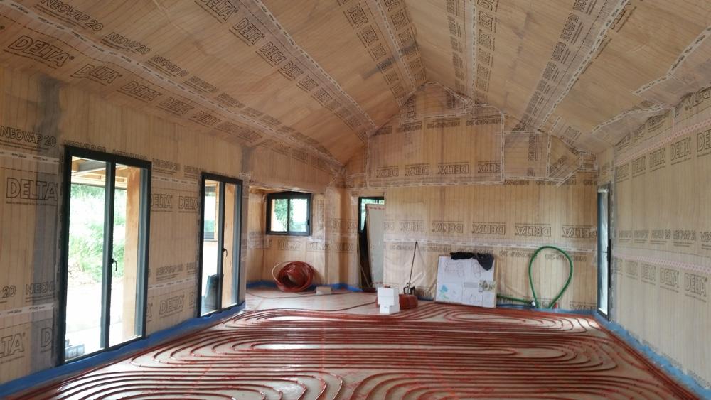 28 Juillet 2016 - L'isolation et le pare vapeur sont posés/ Le plancher chauffant est prêt pour le coulage de la chape fluide.