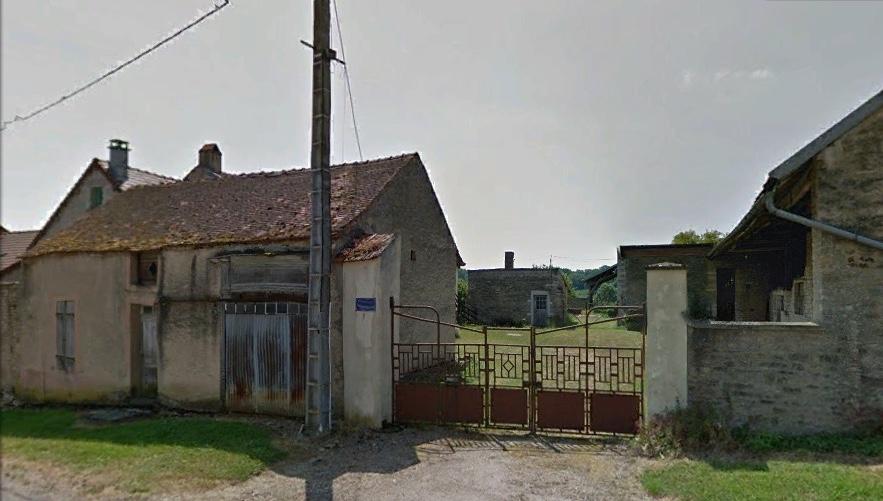 L'entrée de la ferme au centre du Village