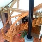 Extension en Sologne - L'escalier suspendu centré sur le poèle